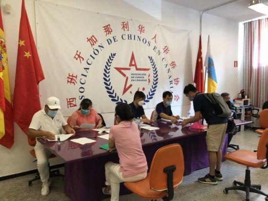 加纳利华人华侨志愿者们在现场为华侨审理护照材料