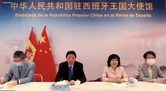 从左至右依次为一等秘书张进、大使吴海涛及夫人龚亚琨女士、领事参赞韩亚慧女士