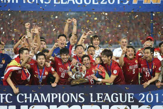 2013年,广州恒大第一次捧起亚冠冠军杯,这也是中国球队第一次捧起亚冠冠军奖杯。