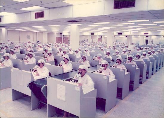 1990年代,东莞新科电子厂车间。