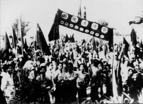1950年代,梅州兴宁人民欢迎土改团进村的盛况。