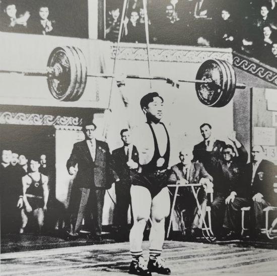 1959年3月,国家举重队运动员陈镜开在莫斯科国际举重个人冠军赛总3次打破世界纪录。