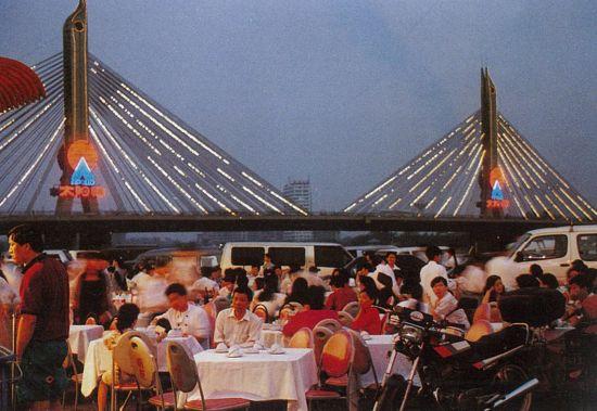 1980年代,得益于农副产品市场的放开,广东餐饮个体户遍地开花,促使宵夜等饮食方式应运而生。图为广州海印桥大排档。