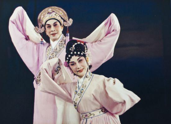 粤剧大师红线女在舞台上表演。