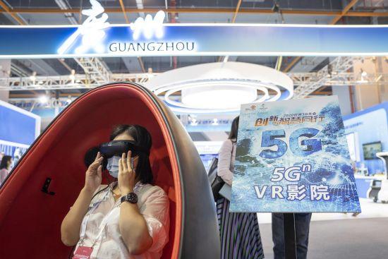 """2020年11月26日,世界5G大会开幕日,参展观众体验5G技术支持下的各种""""黑科技""""。"""