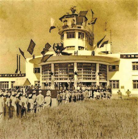 """1950年8月1日,""""北京""""号飞机从广州飞向天津,新中国民航国内航线正式开通。"""