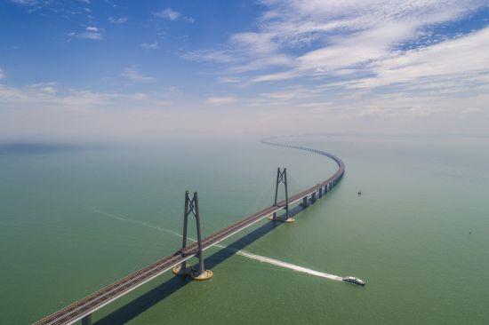 """2018年10月24日,港珠澳大桥正式通车,它是""""一国两制""""框架下粤港澳三地首次合作建设的大型跨海交通工程,也是世界上最长的跨海大桥工程。"""