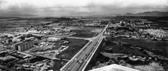 1987年深圳市中心原貌,左为福田村、岗厦村,右为中心公园、莲花山公园和田面村。江式高摄