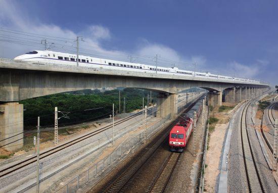 """2009年12月,飞驰的武广高铁""""拉近""""了武汉和广州两地的距离,这是中国铁路发展史一个骄傲。"""