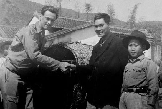 1944年,东江纵队司令员曾生(右二)会见获救的美军飞行员克尔。