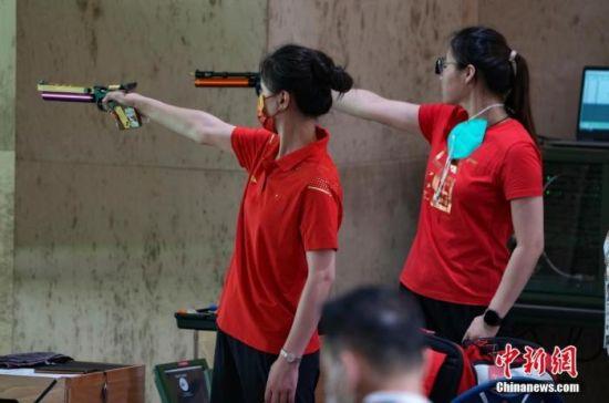 7月21日,日本东京奥运会射击馆,中国射击队运动员在进行赛前训练。中新社记者 杜洋 摄