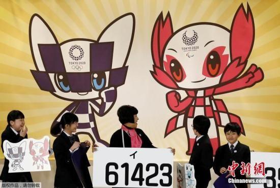 资料图:2020年东京奥运会吉祥物在日本东京公布,配有奥运会会徽图案的富有未来感的机器人吉祥物方案获得最高票数。