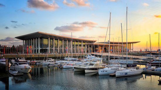 夕阳下的国际会议中心与帆为伴