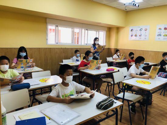 二年级的同学们在上课