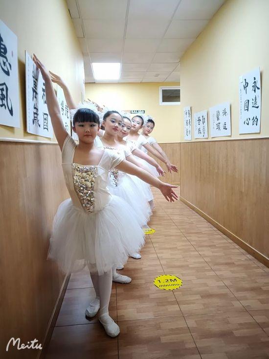 爱华舞蹈班的部分同学们在排练