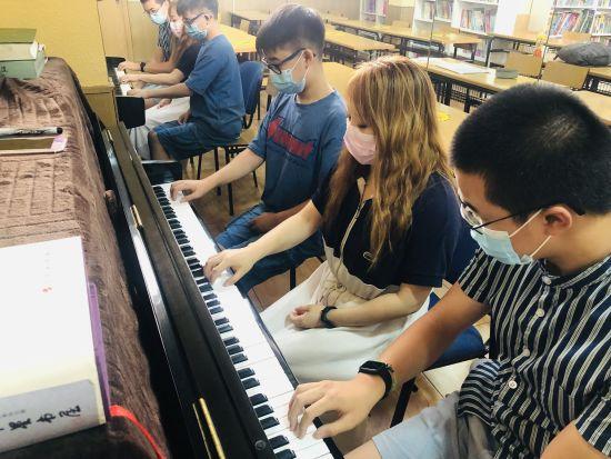 爱华的一对二钢琴启蒙课