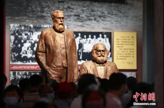 资料图:7月15日,北京,中国共产党历史展览馆正式面向公众开放。图为马克思与恩格斯像。中新社记者 贾天勇 摄