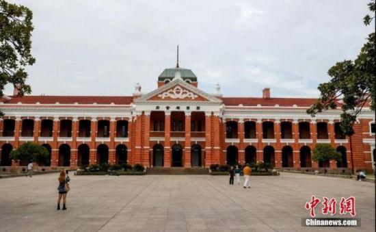 资料图:10月9日,湖北武汉,游客参观辛亥革命武昌起义纪念馆。 中新社记者 张畅 摄
