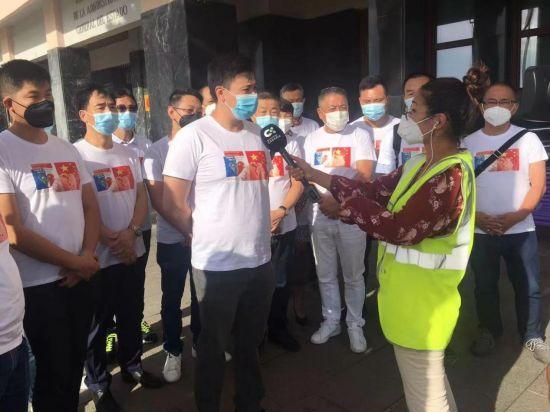 加那利侨界联盟华人代表王巍代表华人接受了加那利电视台采访