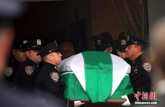 资料图:刘文健的灵柩被抬出殡仪馆,浩浩荡荡的送葬队伍准备护送刘警探的灵柩赴墓地安葬。中新社发 阮煜琳 摄