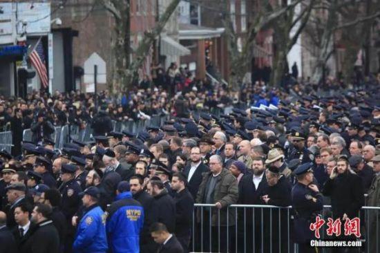 资料图:举行刘文健葬礼的殡仪馆外,近三万警察和数万民众站在附近的街道,送其最后一程。中新社发 阮煜琳 摄
